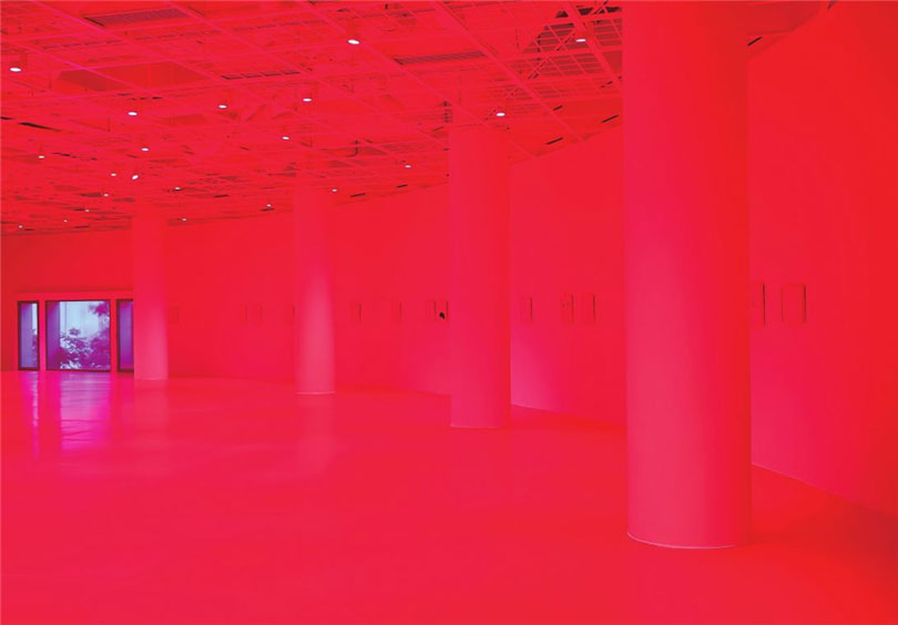 Dr. Vogt, Sixty works of ink drawing on photographic paper, linoleum flooring of varying size, Art Sonje Center, 2017. / Drawings in blue pen combine with the fluorescent pink floor, lighting, and photographic paper to afford an unfamiliar visual and perceptual experience. The 60 drawings each show simplified character movements or depict landscapes of remote islands, rocks, and deserted archipelagos.