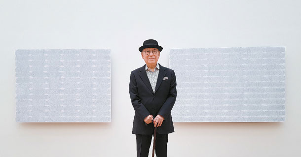 Park Seo-bo, the 88-year-old master of dansaekhwa, Korean monochrome painting, poses with recent works at the MMCA in central Seoul. They are part of his retrospective, which runs through Sept. 1. MOON SO-YOUNG