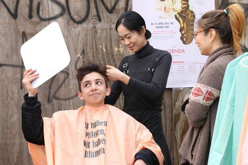Ga Ram Kim, 〈ACS#2: the AGENDA hair salon〉, 2016, Dusseldorf-Projekt, haircut performance. ⓒthe artist.