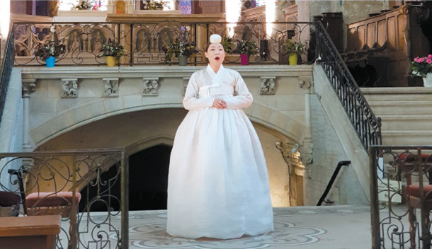 Korean artist Jung Marie singing a Korean traditional song, or jeongga, at Sainte-Radegonde Church in Poitiers, France. MOON SO-YOUNG