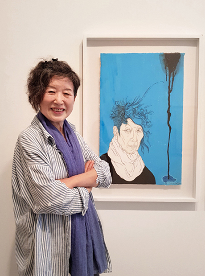Artist Yun Suknam poses with her self-portrait in Hakgojae Gallery, central Seoul. ⒸMOON SO-YOUNG
