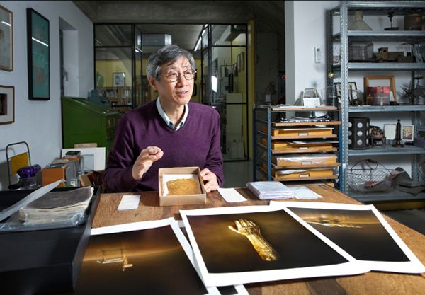 Koo explains the gold leaf he obtained during a recent trip to India. The gold leaf sheets were made in the traditional way of hammering a gold ribbon hundreds of thousands of times. The artist said he was fascinated by the traces of labor and time remaining on the paper sheets inserted between gold-leaf sheets during the process. Photo© PARK SANG-MOON