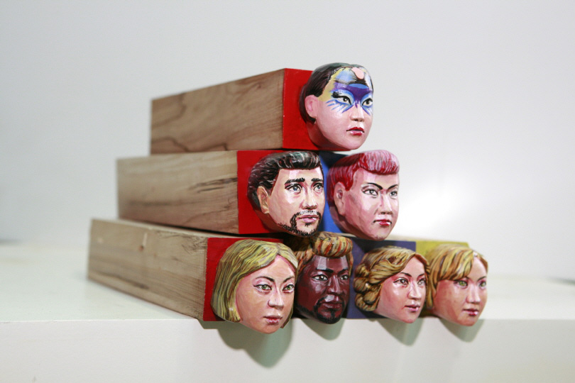 Yong Meon Kang, 〈Taking a Lesson from the Past – Maninbo〉, 2004. paint on wood, 5×5cm each.