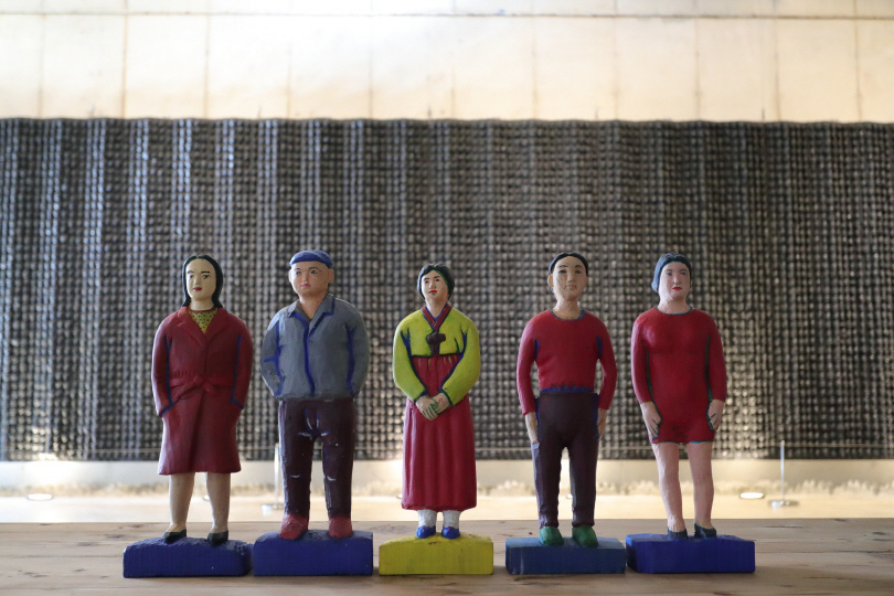 Exhibition view of 《Tradition Incubate》. 〈The First Year of History〉 is installed in front of 〈Dizziness〉.