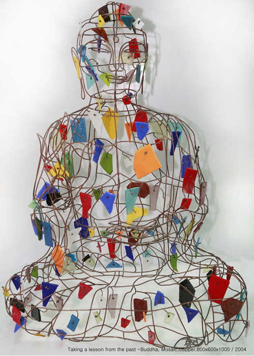 Yong Meon Kang, 〈Taking a Lesson from the Past – Buddha〉, 2004. mosaic on brass wire, 80×60×100cm.