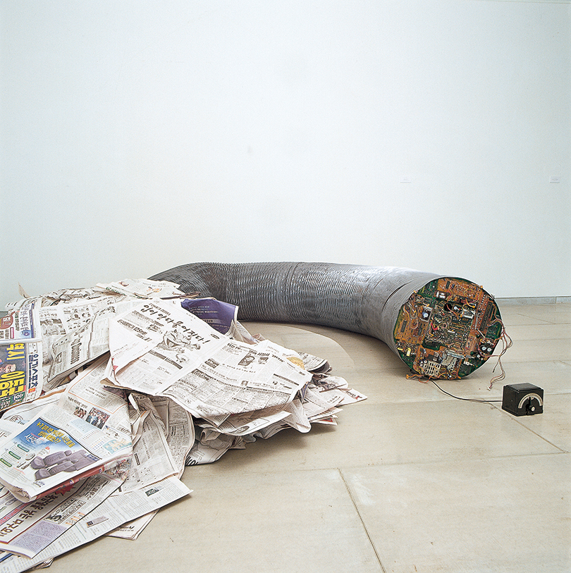 Yin and Yang 99-S 211 (1999), Newspaper, vinyl tube, computer motherboard, and clock, 57.0 × 400.0 cm