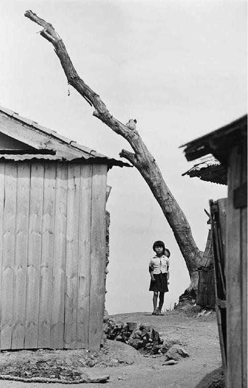 Near Seoul, Korea 1956-1963 © Han Youngsoo Foundation