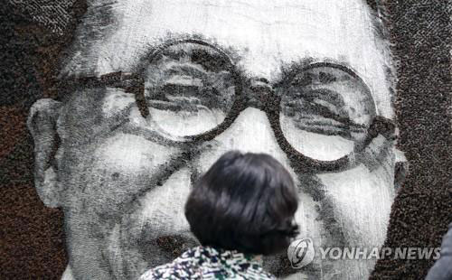 A visitor looks at a painting at the 17th Korea International Art Fair (KIAF) at the Convention and Exhibition Center (COEX) in southern Seoul on Oct. 4, 2018. (Yonhap)