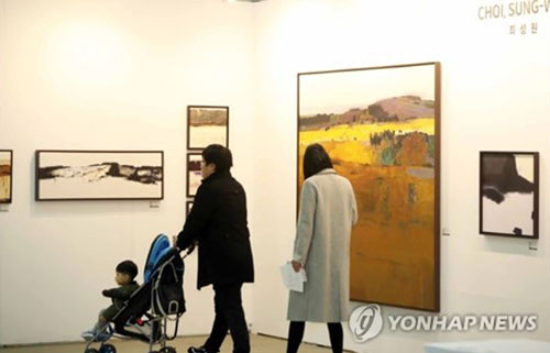 Visitors look at an artwork by Korean artist Choi Sung-won during the annual Busan International Art Fair in the southeastern port city of Busan on Dec. 6, 2018. (Yonhap)