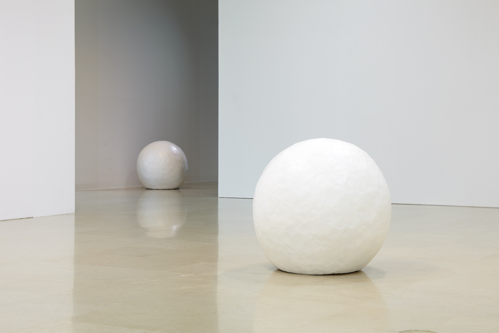 정서영_눈덩이_ resin, acrylic_ 100 cm round each_ 2011