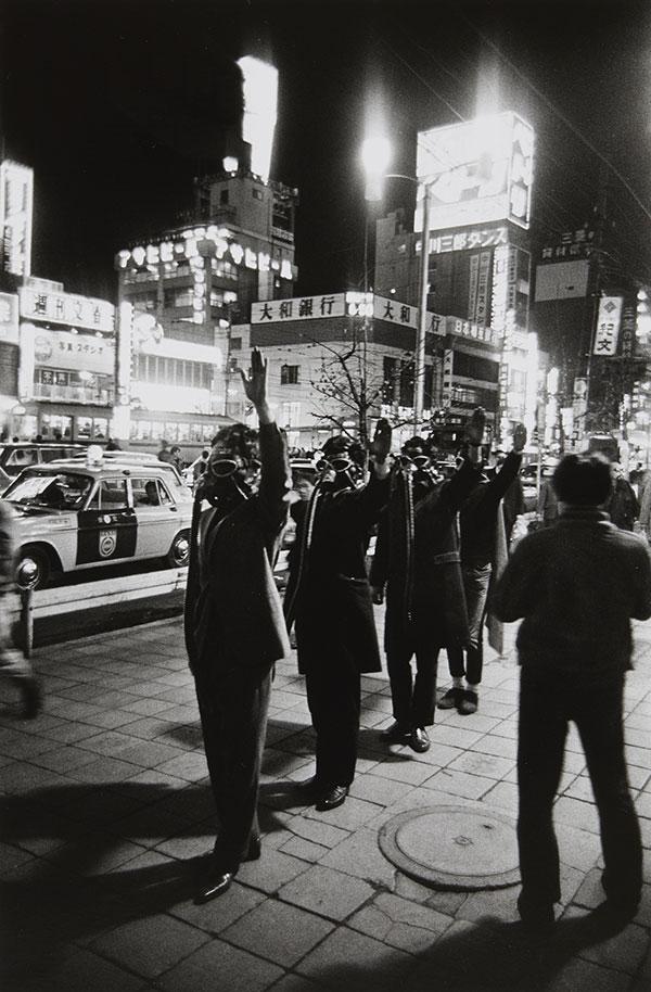 히라타 미노루, 〈고(故) 유이 추노신 추도 국민 의식〉, 1967. 젤라틴 실버 프린트, 34×23.4cm (×2). ⓒ타카 이시이 갤러리 포토그래피/필름 제공