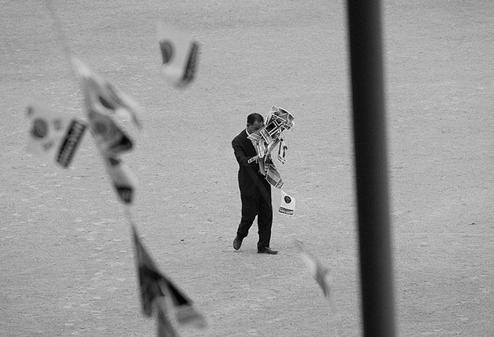 노순택, 〈국기복용법〉, 2018. 사진 액자, 87 x 125 cm. ⓒ작가 ⓒ두산아트센터
