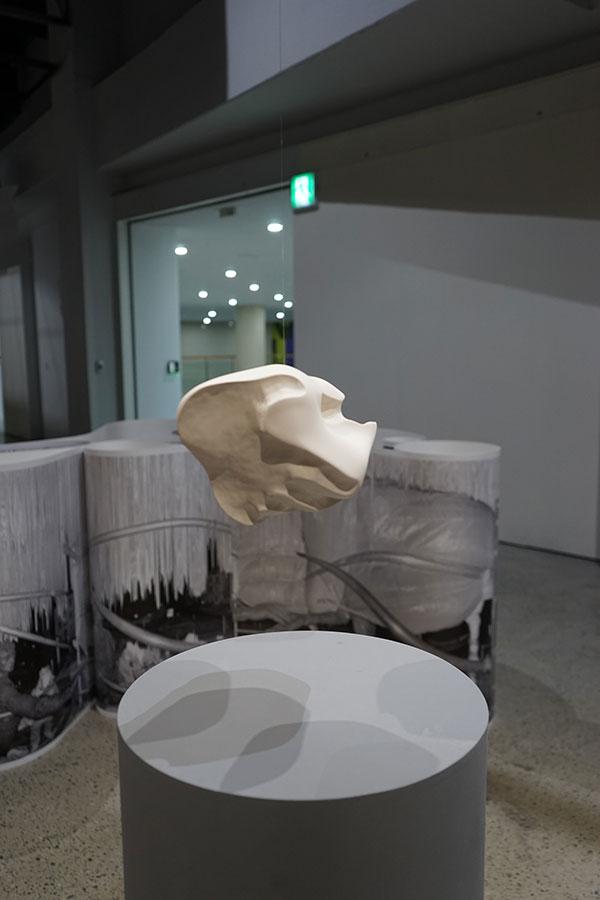 칼리드 바라케, 〈악수-형체를 얻은 거리감〉, 2013-2018. 도자기, 23×17×15cm. ⓒ백지홍