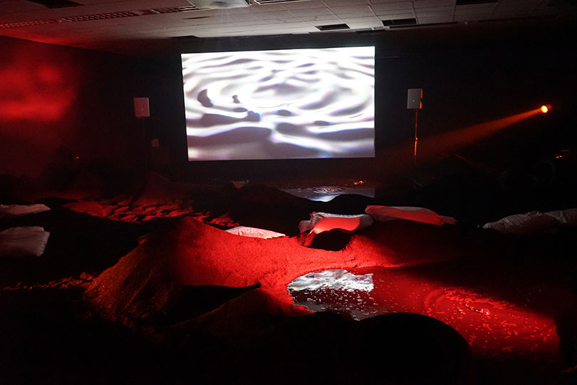 필 콜린스, 〈딜리트 비치〉, 2016. HD애니메이션, 컬러, 사운드 실내 해변, 고무, 타이어, 리퓨즈, 액체 웅덩이, 빛, 21분, ⓒ백지홍