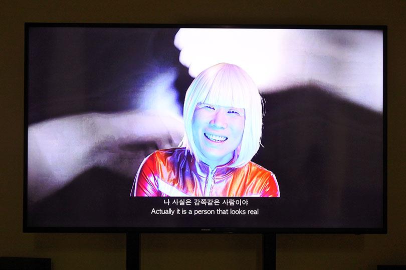 이민휘&최윤, 〈오염된 혀〉, 2018. 싱글채널 비디오, 사운드, 6개의 비디오 프로젝트 (#Virallingua), 15분, ⓒ장서윤