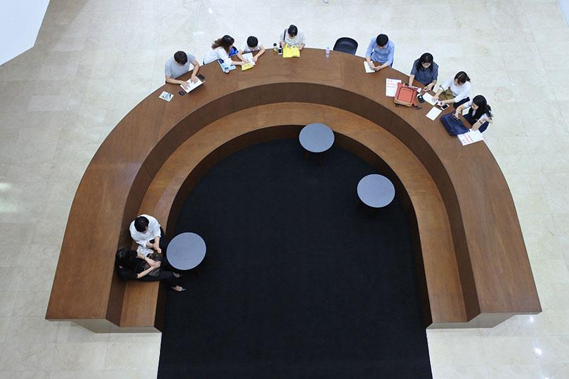 《서울미디어시티비엔날레 2018》이 열리는 서울시립미술관에는 아고라가 설치되어 있어 대중과 토론하는 열린 비엔날레를 상징적으로 보여준다.