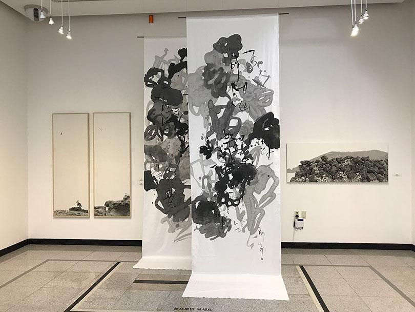 《전남국제수묵비엔날레》 2관(노적봉예술공원미술관)에서 이루어진 《수묵의 숲》 전시 전경(왼쪽부터 임택, 이세정, 이창희)