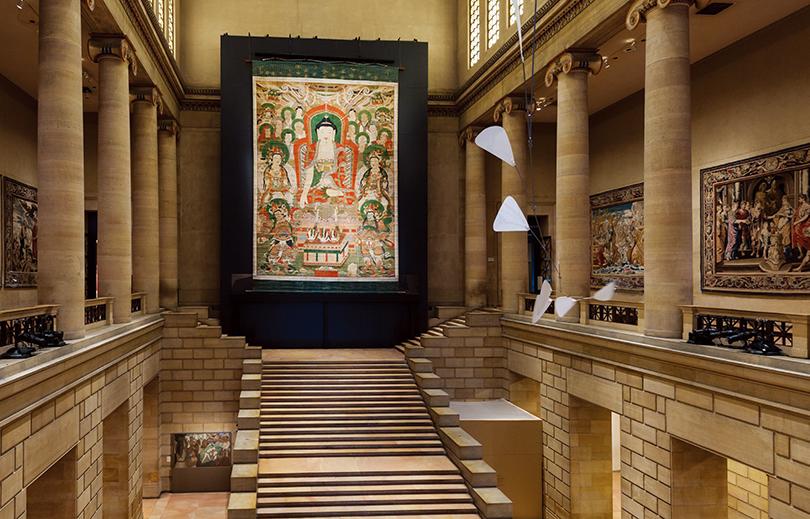 필라델피아미술관에서 열린 《조선미술대전(Treasures from Korea: Arts and Culture of the Joseon Dynasty)》(2014.3.2.-2014.5.26.)에 선보인 〈화엄사영산회괘불탱〉(국보 제301호) 설치 전경