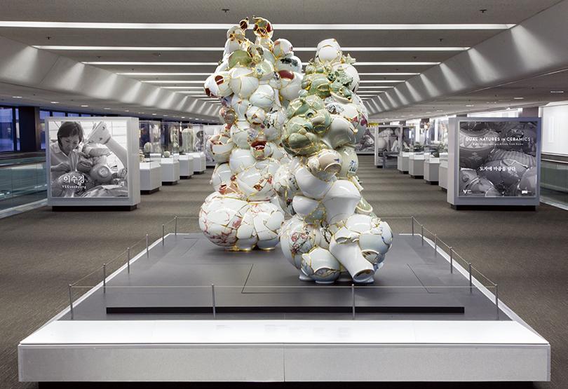이수경, 〈번역된 도자기〉, 2014. 도자기 파편, 에폭시, 24K 금박, 샌프란시스코 국제공항 제3터미널에서 열린 《도자에 마음을 담다: 한국현대 도자작가 8인전(Dual Natures in Ceramics: Eight Contemporary Artists from Korea)》(2014.5.17.-2015.2.22.) 전시 광경 ©Asian Art Museum of San Francisco