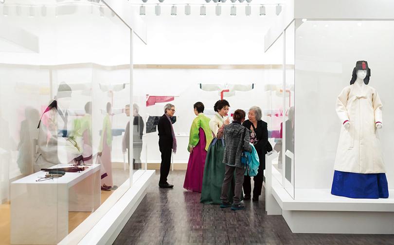 샌프란시스코 아시아 미술관에서 열린 《우리의 옷, 한복(Couture Korea)》(2017.11.3.-2018.2.4.) 전시 광경 ©Asian Art Museum of San Francisco
