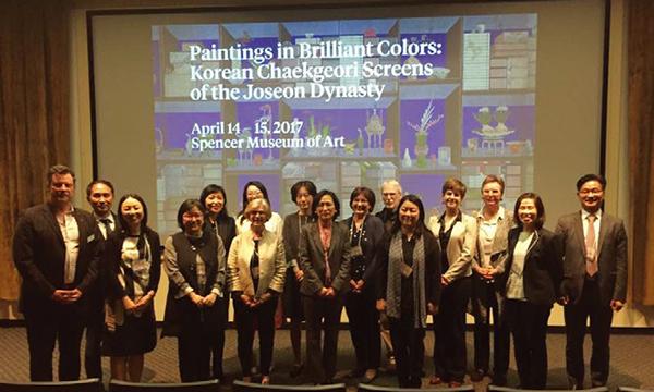 2017년 4월 14일부터 15일까지 캔자스대학교 스펜서미술관에서 열린 국제학술회의 '화려한 채색화: 조선시대 책거리 병풍(Paintings in Brilliant Colors: Korean Chaekgeori Screens of the Joseon Dynasty)'에 참여한 발표자와 진행자들