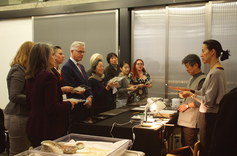 2017년 오왕택 작가가 진행한 동아시아 옻칠 수업 워크숍 장면 ⓒVictoria and Albert Museum