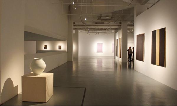 아르헨티나 레콜레타 문화센터에서 2015년 11월 20일부터 2016년 2월 14일까지 열린 《텅 빈 충만: 한국 현대미술의 물성과 정신성》(정준모 기획) 전시 광경