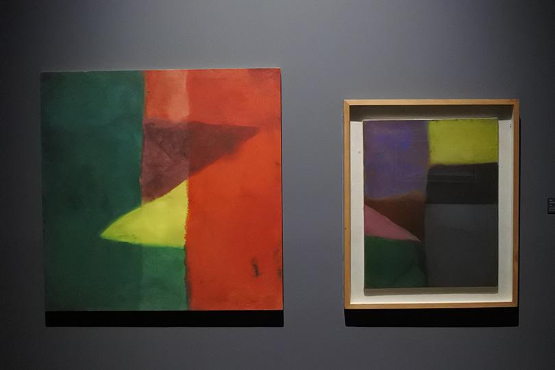 왼쪽부터 김순기, 〈색동 2〉(1969), 〈색동 그림〉(1969) 설치 전경. ⓒ장서윤.